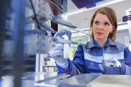 Die fertig geschnittenen Stücke werden im Qualitätsbereich von thyssenkrupp extremen Tests unterzogen: Die Ingenieure führen Zug-, Brech-, und Kerbschlagproben durch