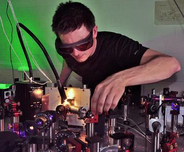 Dominik Differt misst die Lichtstreuung an einer rauen Absorberschicht (Foto: Universität Bielefeld)