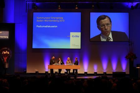 Podiumsdiskussion - mit C.Buchel, Mitglied des Vorstands der EnBW Energie Baden-Württemberg AG (2. von links und auf Leinwand) im Gespräch mit Zukunftsforscher L.Thomsen (rechts) und Dr. F.P.Hansen, Bundesnetzagentur.Moderation:M.Meisenberg