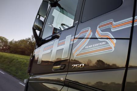 """Die Volvo FH """"25 Year"""" Sonderedition ist mit schicken Streifenakzenten versehen. Das Design lehnt sich an die frühen 1990er-Jahre an, in denen der Volvo FH erstmals vorgestellt wurde. Die 3D-Effekte und Schatten verleihen dem Fahrzeug einen markanten Retro-Look"""