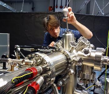 Martin Piecuch justiert das Elektronenmikroskop zum Nachweis der heißen Elektronen (Foto: Technische Universität Kaiserslautern)