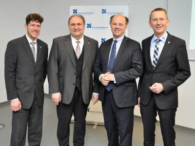 Von links: Prodekan Prof. Dr. Harald Schoelen, Handwerkspräsident Hans Peter Wollseifer, Hochschulpräsident Prof. Dr. Hans-Hennig von Grünberg und Kreishandwerksmeister Frank Mund