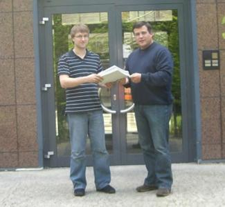 Nemetschek-Vertriebsleiter Hans Hoffmann (rechts) gratuliert Björn Lowski zu seiner guten Arbeit. (Quelle: Nemetschek Bausoftware GmbH)