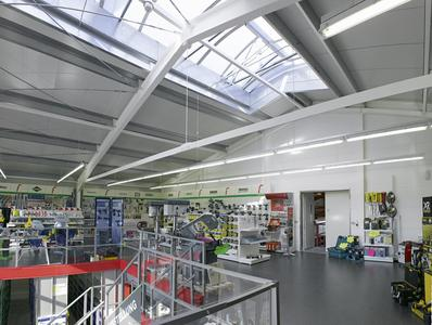 Losberger Stahl-Systemhalle als Verkaufsraum mit bauseits installierter Zwischendecke als zweite Ebene