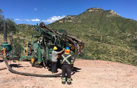 Bohrgerät auf dem Silber- und Goldprojekt Cerro Caliche; Foto: Sonoro Gold