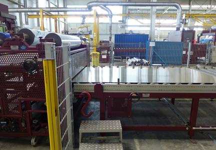 Bild 5: Der Lissmac-Schleifmaschine folgt eine automatisierte Folienbeschichtung