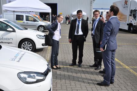 VW Golf mit E-Antrieben und Fachbesuchern beim Fleet & Electric Day in Hamburg