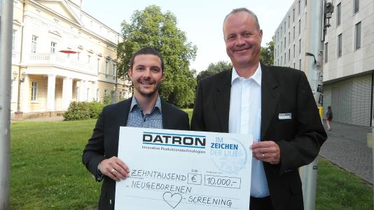 Dr. Arne Brüsch, CEO DATRON AG and Oliver Keller, Head of Sales Darmstadt 98, with the donation of € 10.000 for pediatric charity.