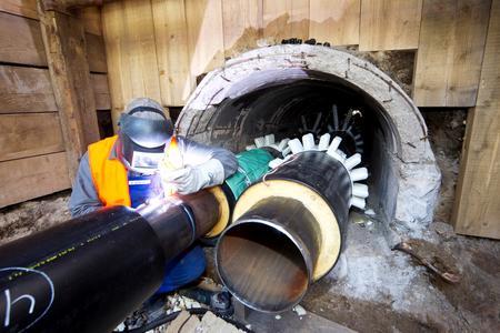 In den bestehenden Trassen werden neue Heißwasser-Leitungen verlegt
