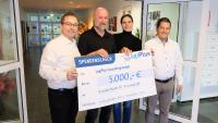 LogiPlus Geschäftsführer Thilo Matheis übergibt den Scheck an Michael Eberhart, Bereichsleiter Jugendhilfe beim St. Annastift, gemeinsam mit Lea Schobert und Christian Speck (v.l.n.r.)