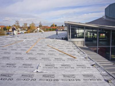 Thanks to the pre-attached filter sheet, Fixodrain® XD 20 is easy to install – as can be seen in this photo of the roof of the Schönblick convalescent home in Schwäbisch Gmünd
