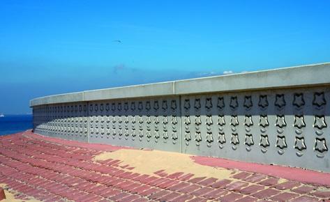 An der Hochwasserschutzwand in Breskens, Niederlande wird mit einem Grundriss-Symbol an das Fort Frederik Hendrik erinnert, das sich früher an dieser Stelle befand. (Foto: NOE-Schaltechnik, Süssen)