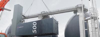 Ein Container mit einer 500 kW BHKW-Anlage von SENERGIE wird installiert (Bild: SENERGIE GmbH)