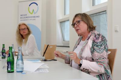 Dr. Angela Sallermann, stellvertretende Vorsitzende des Weserbildungsverbunds (vorn) und Dr. Kirsten Kappert-Gonther, Bundestagsabgeordnete der GRÜNEN / Fotos: Martin Rospek