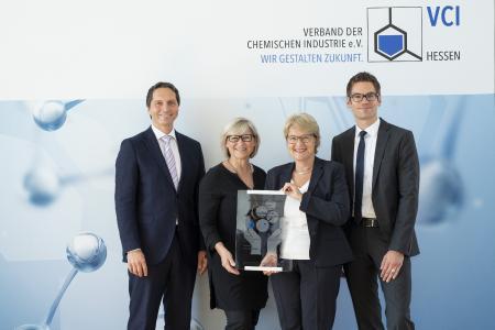 Für die DAW SE nahmen Geschäftsleitungsmitglied Dr. Christoph Hahner, Karin Laberenz (Unternehmenskommunikation), Bettina Klump-Bickert (Nachhaltigkeit) und Björn Schön (Produktsicherheit) die Auszeichnung entgegen (v. l.)