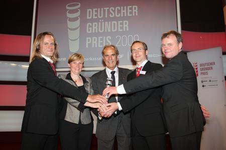Bei der Preisverleihung: Nanion mit dem neuen Mentor, Dr. Jürgen Heraeus. (von links nach rechts: Michael George (CTO), Dr. Andrea Brueggemann (CSO), Dr. Jürgen Heraeus, Dr. Niels Fertig (CEO) und Prof. Dr. Jan Behrends (Beiratsvorsitzender)).