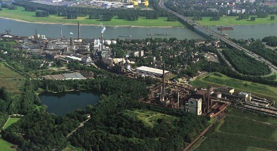 In Blickweite von GREIWING: Der Sachtleben-Standort in der Nähe des Duisburger Hafens. Foto: Sachtleben