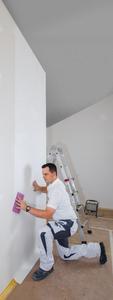 Eine Tapezierung auf Stoß ist schnell und einfach möglich. Ein Doppelnahtschnitt entfällt (Foto: Caparol Farben Lacke Bautenschutz)