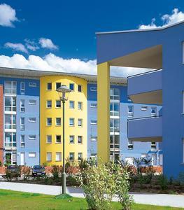 Mit hochwertigen Fassadenfarben beschichtete Flächen verschmutzen deutlich weniger und präsentieren sich auch nach Jahren in attraktiver Optik.