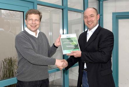 Stefan Pröll freut sich über die erfolgreiche Zertifizierung zum klimaneutralen Drucken.