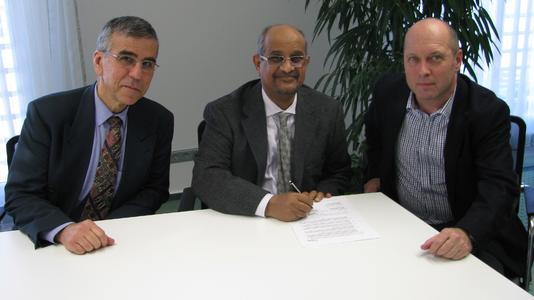 Dr. Khalil Hourani Consulting und Managing Director Ahmed Ali Al-Shamrani sowie Vorstandsvorsitzender Horst Eckenberger bei der Unterzeichnung des Partnervertrages.