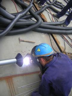 Der Absaugschlauch mit Metallfuß lässt sich sicher befestigen und leicht lösen
