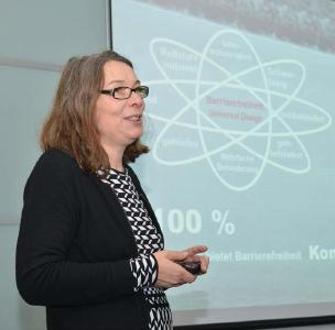 Referentin Dipl.-Ing. Ulrike Rau, Architektin und Buchautorin, erläutert die Planungsgrundlagen der Barrierefreiheit / Foto: Pentair Jung Pumpen, Steinhagen