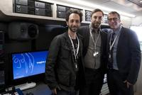 (L-R): Jeff Sobel, leitender Audioingenieur des John Lennon Educational Tour Busses, Tom Harrold Assistant Marketing Manager Pro-Audio (UK), Brian Rothschild, Executive Director des John Lennon Educational Tour Bus