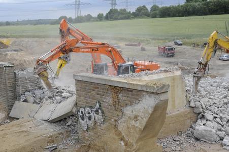 Heavy hydraulic breakers in bridge demolition