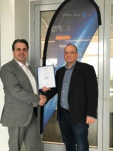 Dirk Kierstein, Head of Partnermanagement, macmon secure GmbH, überreichte dem Geschäftsführer Markus Keller, Phalanx-IT, die Ernennungsurkunde zum Platin-Partner