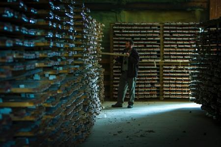 Geologe mit Bohrkernen vom Goliath-Projekt / Foto: Treasury Metals