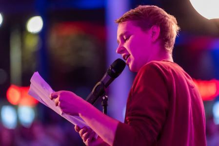 Yannick Steinkeller aus Bochum gewinnt den Poetry Slam der Region Hannover 2018  / Foto: Ulrich Pucknat