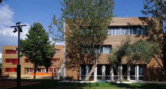 Das Ensemble der Deutschen Schule Athen (DSA) konnte über die Aufstockung eines 2. OG und eine gestalterisch durchgängige Fassadenkonzeption harmonisiert werden / Foto: Schüco International KG
