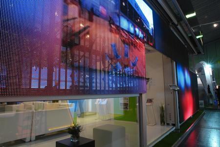Innovation mit großer Wirkung: Mit der Losberger LED-Zeltfassade können Licht- und Videoeffekte in Form von Grafiken, Lauftexten und Videodarstellungen bis hin zur Live-Übertragung von Botschaften aus Social Media Netzwerken erzeugen werden. (Photo: Losberger)