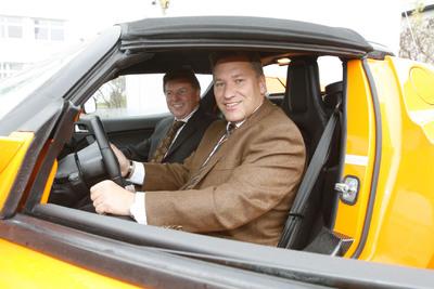 R. Schulz, stellvertretender CEO der REHAU Gruppe und Leiter des Automotive Executive Board, sowie G. Riedhammer, Executive Director CRM Automotive, ließen es sich nicht nehmen, gemeinsam eine Testfahrt im Tesla Roadster zu absolvieren