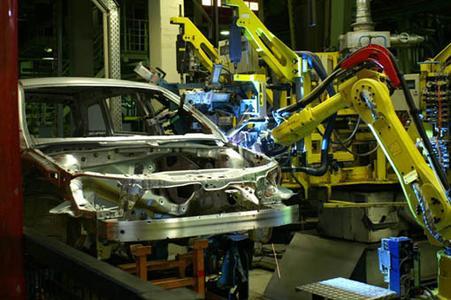 In der CMT-Schweißstation fügen die Roboter 6mm dicke Türscharniere an 0,8mm dünne Bleche der A- und der B-Säule.