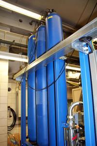 Hydropneumatische Druckspeicher versorgen die Lagerstellen auch bei Stromausfall blitzschnell und sicher mit Schmieröl