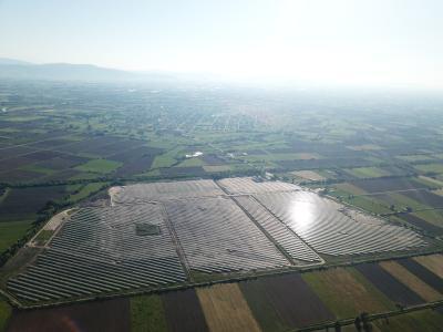 Der Bau des bislang größten ABO Wind-Solarparks Megala Kalyvia (38 Megawatt) steht kurz vor Vollendung. Die aktuelle Kapitalerhöhung unterstützt die weitere Ausweitung des internationalen Geschäfts. Kürzlich hat sich ABO Wind Tarife für fünf weitere griechische Solarparks mit zusammen 50 Megawatt Leistung sowie zwei irische Windparks mit rund 27,6 Megawatt Leistung gesichert
