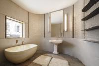 Der 3D-Druck von Wohnhäusern ist einerseits eine sehr kostengünstige und nachhaltige Alternative zu herkömmlichen Bauweisen – zugleich ermöglichen sie auch sehr hochwertige Innenarchitekturen. Dieses außergewöhnliche, luxuriöse Bad-Ambiente wurde eigens für die Salone di Mobile in Mailand 2018