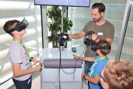 W&H Mitarbeiter Lukas Pavlovec nahm die Schüler auf die virtuelle Reise durch das Innenleben eines W&H Produkts mit, Foto: © W&H
