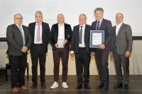 """Gerhard (2.v.l.), Christoph (3.v.l.) und Karl-Friedrich Hug (3.v.r.) erhielten die Auszeichnung """"Handwerksunternehmen des Jahres"""" aus den Händen des Vizepräsidenten der Handwerkskammer Christof Burger (r.). Laudator Gunther Braun (2.v.r.), Bürgermeister der Gemeinde Steinen, und der Lörracher Kreishandwerksmeister Michael Schwab (l.) gratulierten (Foto: HWK FR/Tobias Heink)"""