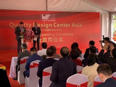 Oliver Konz (links) und Thomas Schrott, CEOs der Würth Elektronik eiSos Gruppe, bei der Eröffnung des Quality Design Centers (QDC) in der chinesischen Technologiemetropole Shenzhen (Bild: Würth Elektronik eiSos)