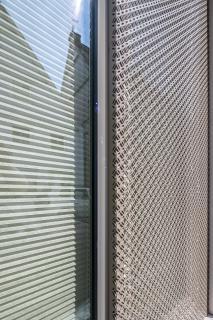 Sonnenschutz für die Loggien aus modernem Material - Mevaco Lochblech Eternity. Foto: Maks Richter