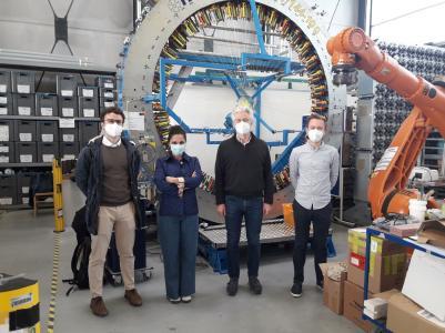 Das Forscherteam des Mond-Projekts: Doktorand Juan Carlos Ginés Palomares (von links) und Prof. Dr. Miranda Fateri von der Hochschule Aalen, Projektleiter Alexander Niecke von der RWTH/ITA Aachen und Projektmitarbeiter Philipp Hofmann, ebenfalls von der RWTH/ITA Aachen, Fotohinweis: Aachen-ITA (Institut für Textiltechnik)