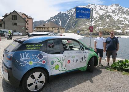 Nicolas Koellner und Martin Hollingsworth vom Team ITK bei einem Zwischenstopp im schweizerischen San Gottardo während der WAVE 2017  (Foto: ITK Engineering)