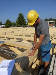 Vorteil 3: schnell! Mit Nagelplattenbindern lassen sich Dachtragwerke kurzfristig errichten. Denn die statische Bemessung und Montageplanung der robusten Binderkonstruktion ist bei Herstellern in der Gütegemeinschaft Nagelplattenprodukte e.V. ab Werk inklusive. Dadurch entfällt die Fremdvergabe der Statik, was die Planungszeit verkürzt, den Bauablauf beschleunigt und das Budget schont. Bildquelle: Meilinger/GIN, Ostfildern; www.nagelplatten.de