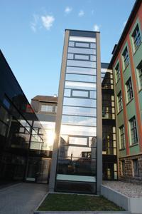 Verbindungsbau mit Treppenhaus und Aufzug  (© TU Ilmenau)