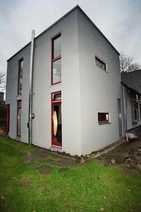 Gelungene Erweiterung: Der zweigeschossige Kubus mit Flachdach wurde von der Darmstädter Architektin Britta Clemens in Rastermaßen entworfen. (Foto: Achim Zielke für INTHERMO)