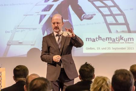 """Prof. Dr. Albrecht Beutelspacher, Direktor des Mathematikums in Gießen, begrüßte die Teilnehmer persönlich und präsentierte in einem kurzen Beitrag """"Mathematik zum Anfassen"""". Foto: S. Barthel"""