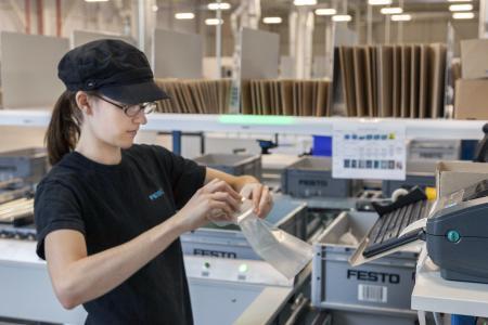 Value-Added-Services: An den Pick-und Pack-Arbeitsplätzen wird nicht nur kommissioniert sondern auch konfektioniert / Foto: WITRON